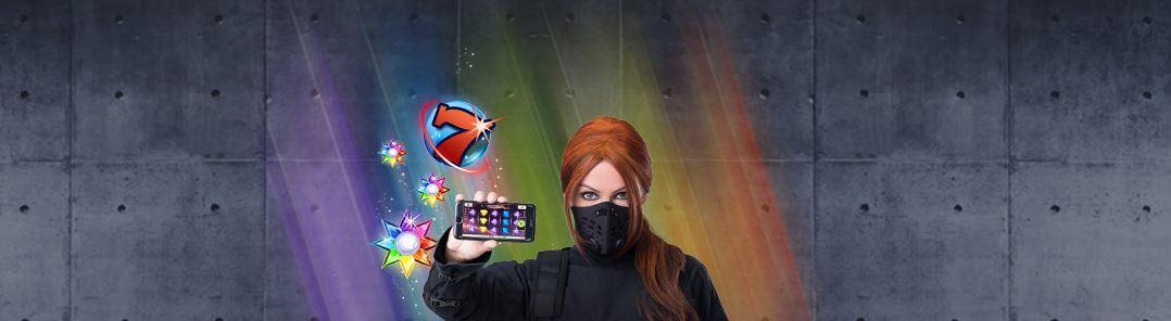 ninja håller i casino mobilen